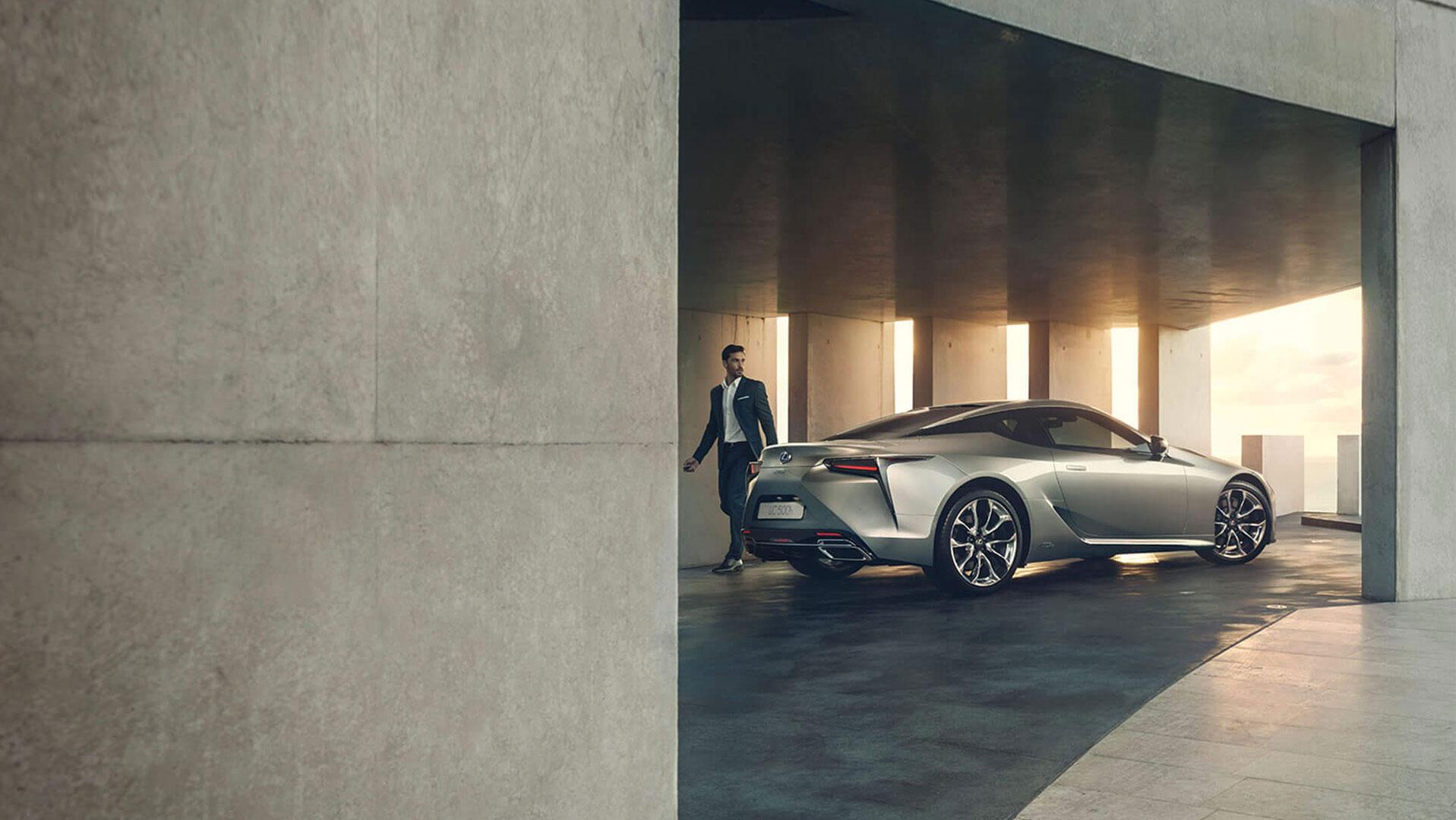 Lexus LC 500h mit Mann