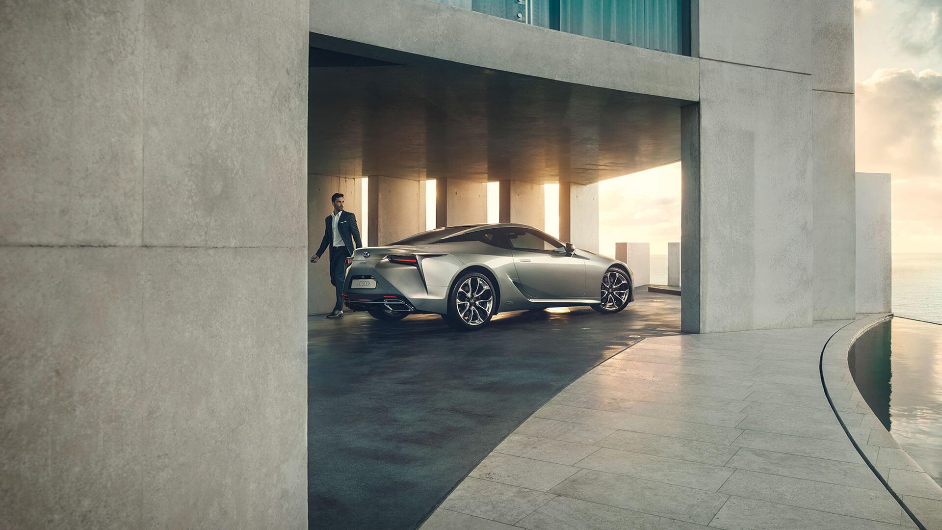 Lexus LC Seitenansicht parkend