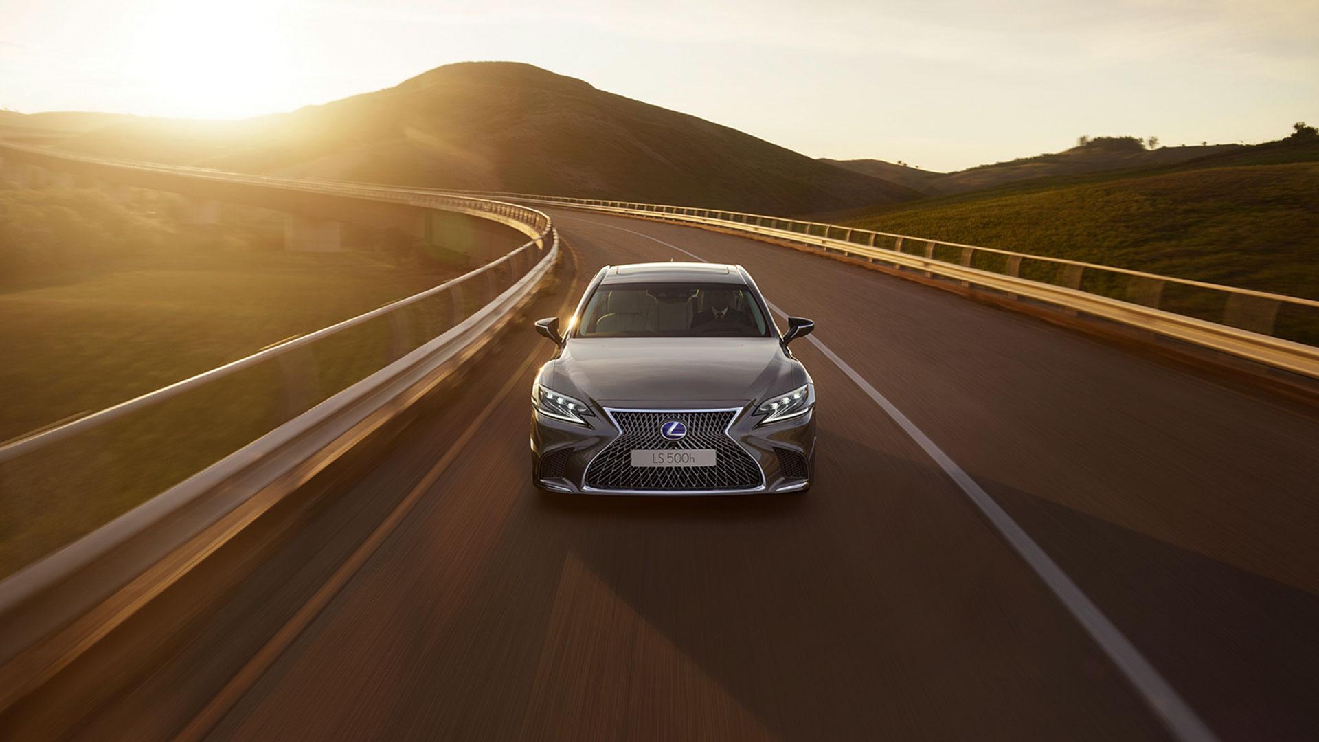 Lexus LS fahrend in Sonnenuntergang