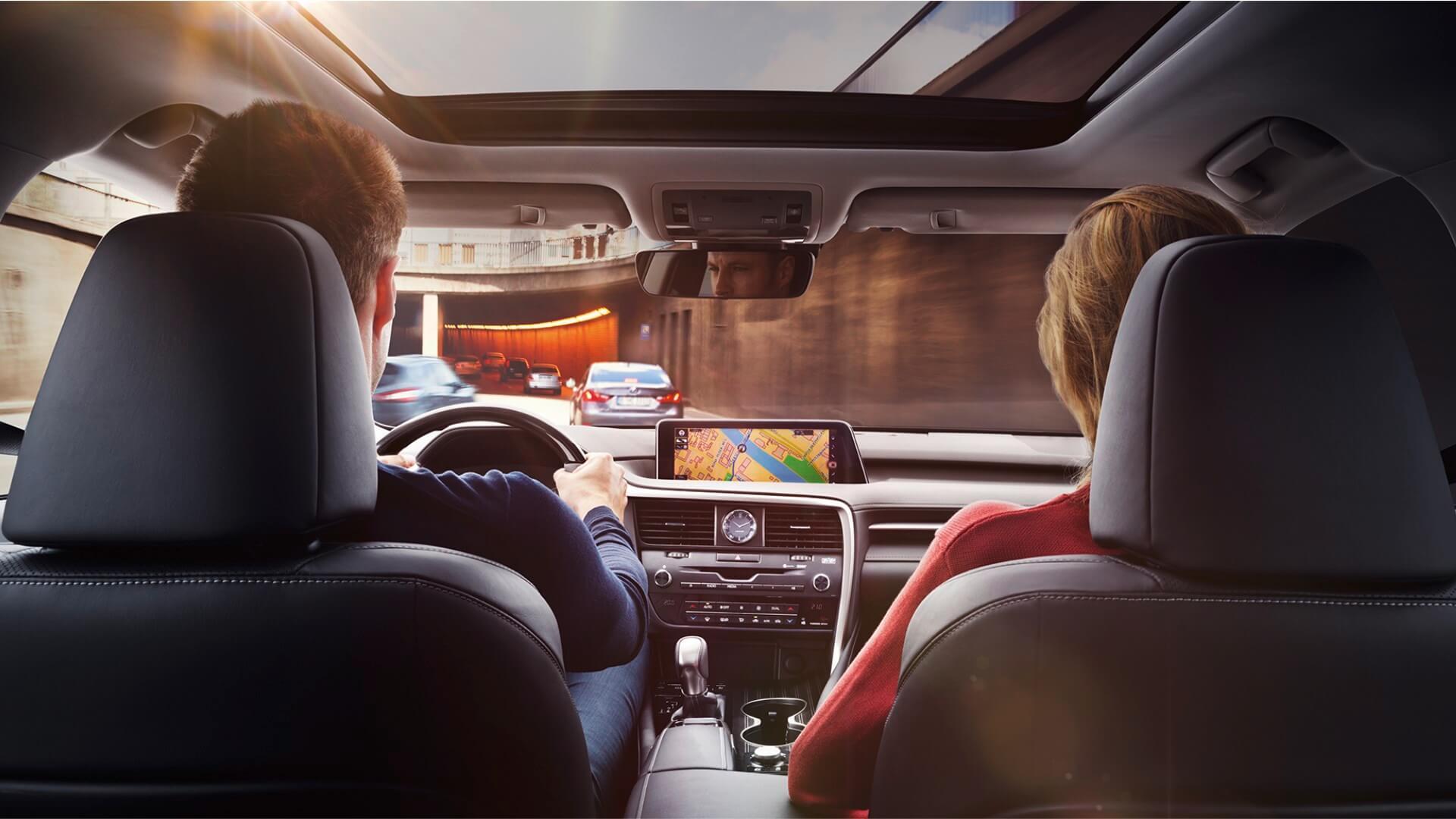 Mann und Frau in Lexus RX L