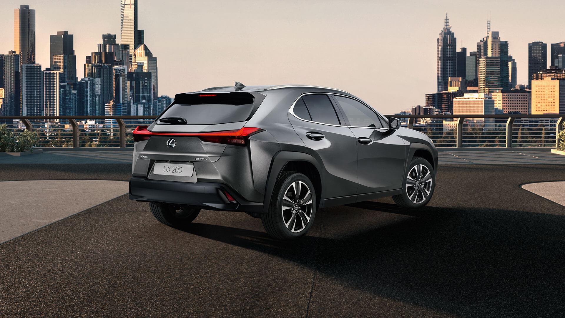 Lexus Ux schwarz Rückansicht vor Stadt
