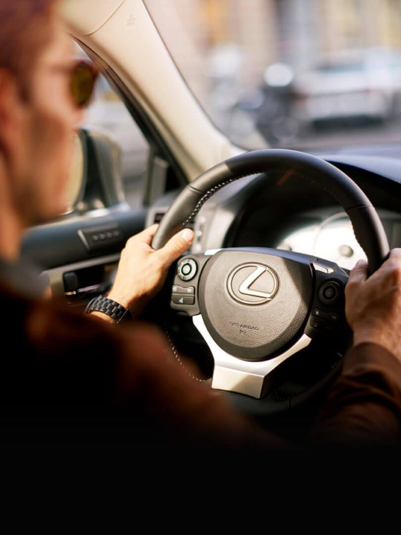 Fahrer im Fond eines Lexus Hybrid Fahrzeugs