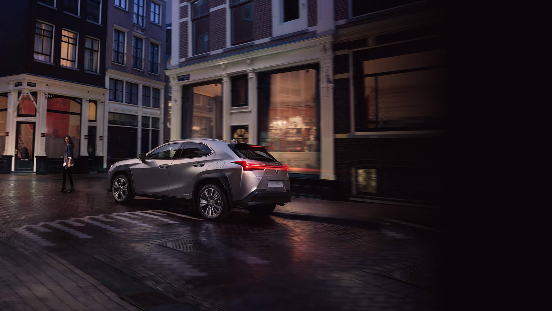 Lexus Hybrid bei Nacht