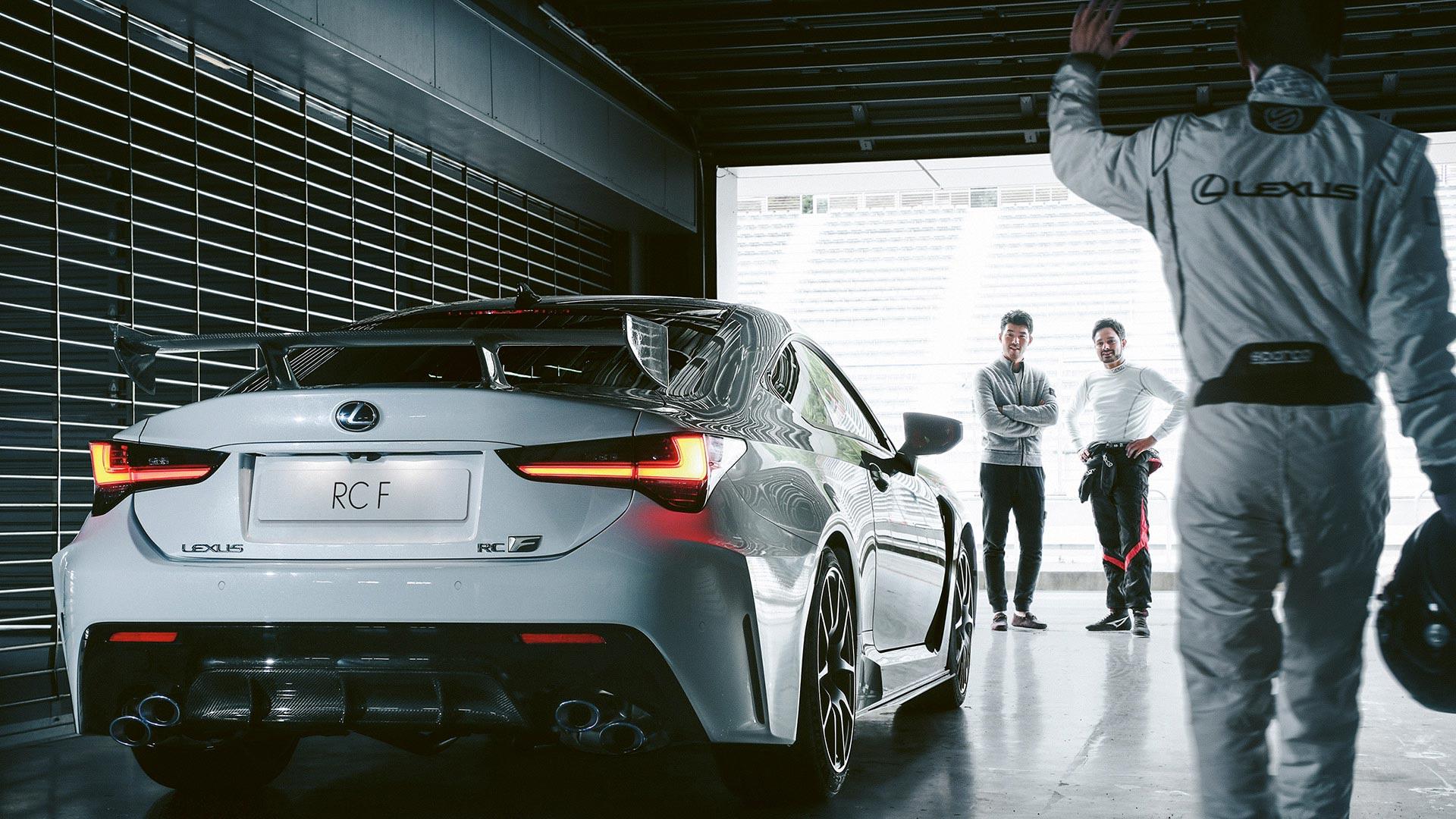 Lexus RC F weiß hinten