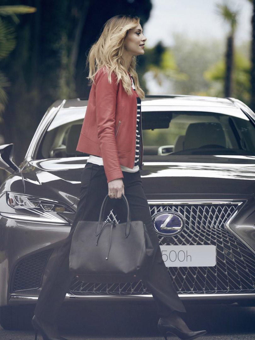 Frau laufend vor Lexus