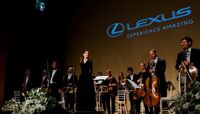 Inma Shara con su orquesta en Los Premios Excelencia Lexus 2018