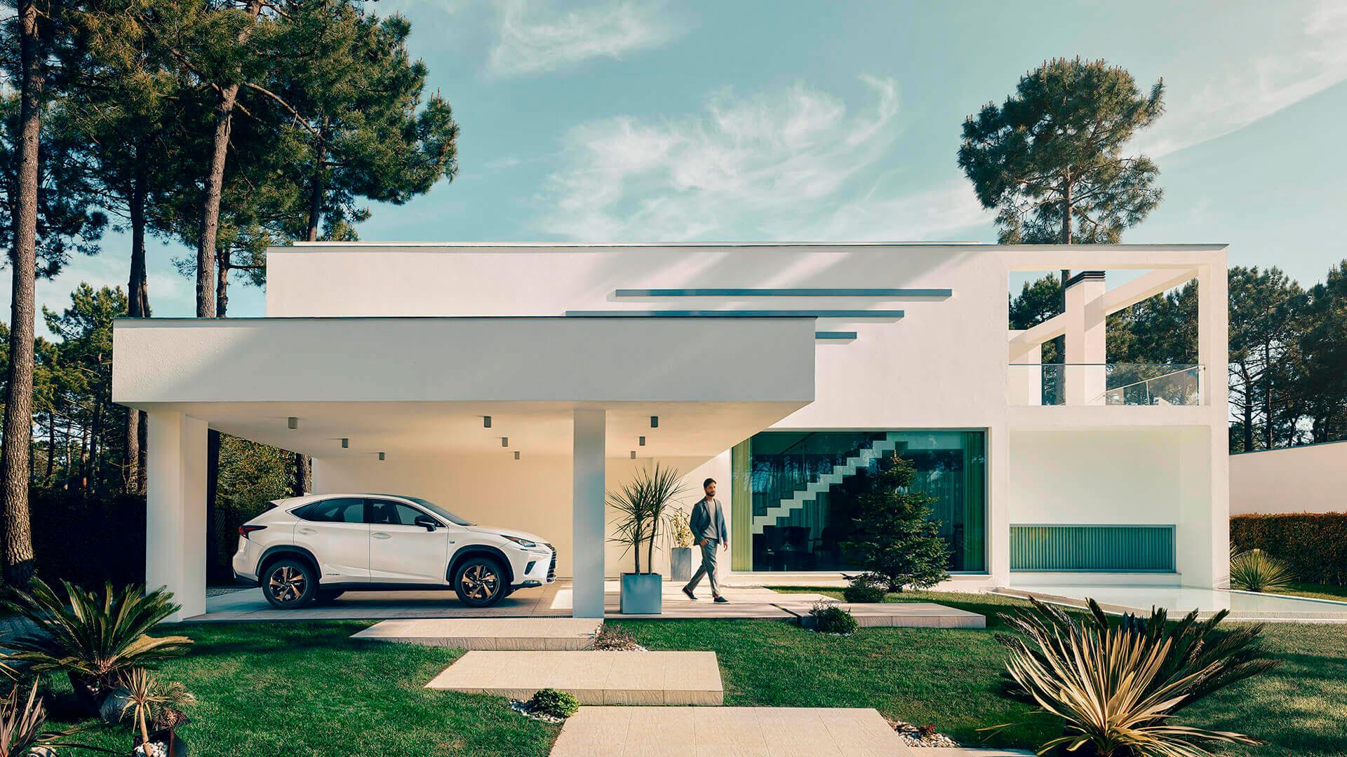 Imagen de hombre en una casa y un Lexus