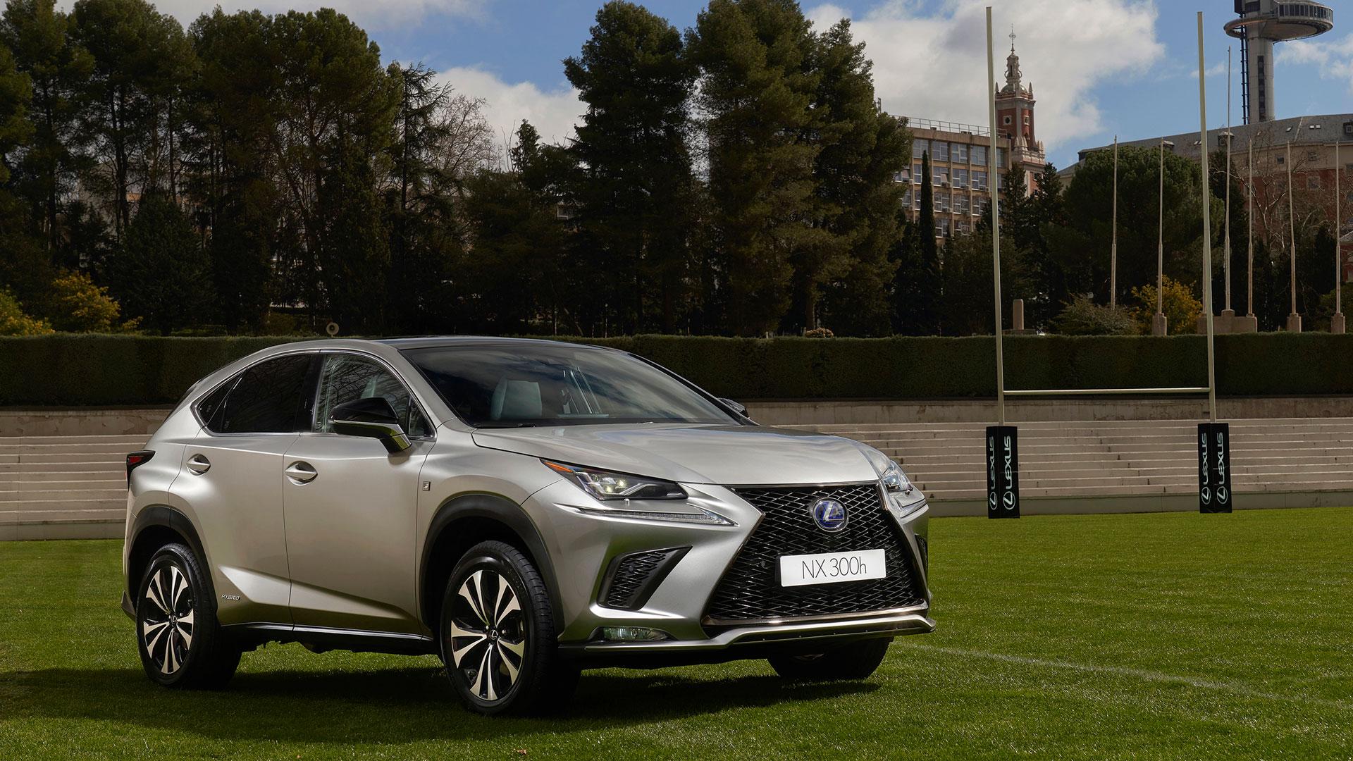 Imagen del Lexus NX en un campo de rugby