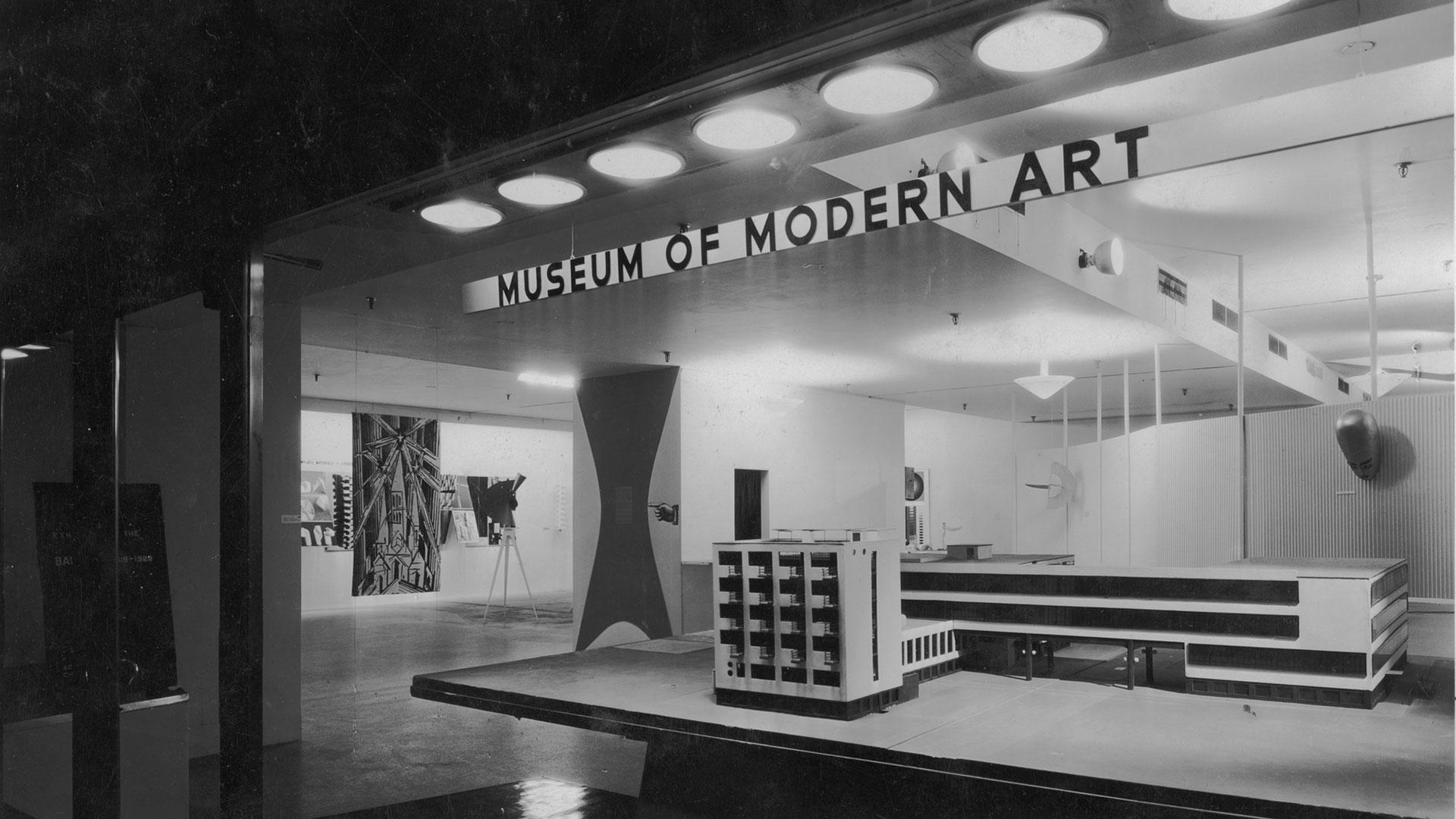 Imagen de la primera exposición de la Bauhaus en el MOMA
