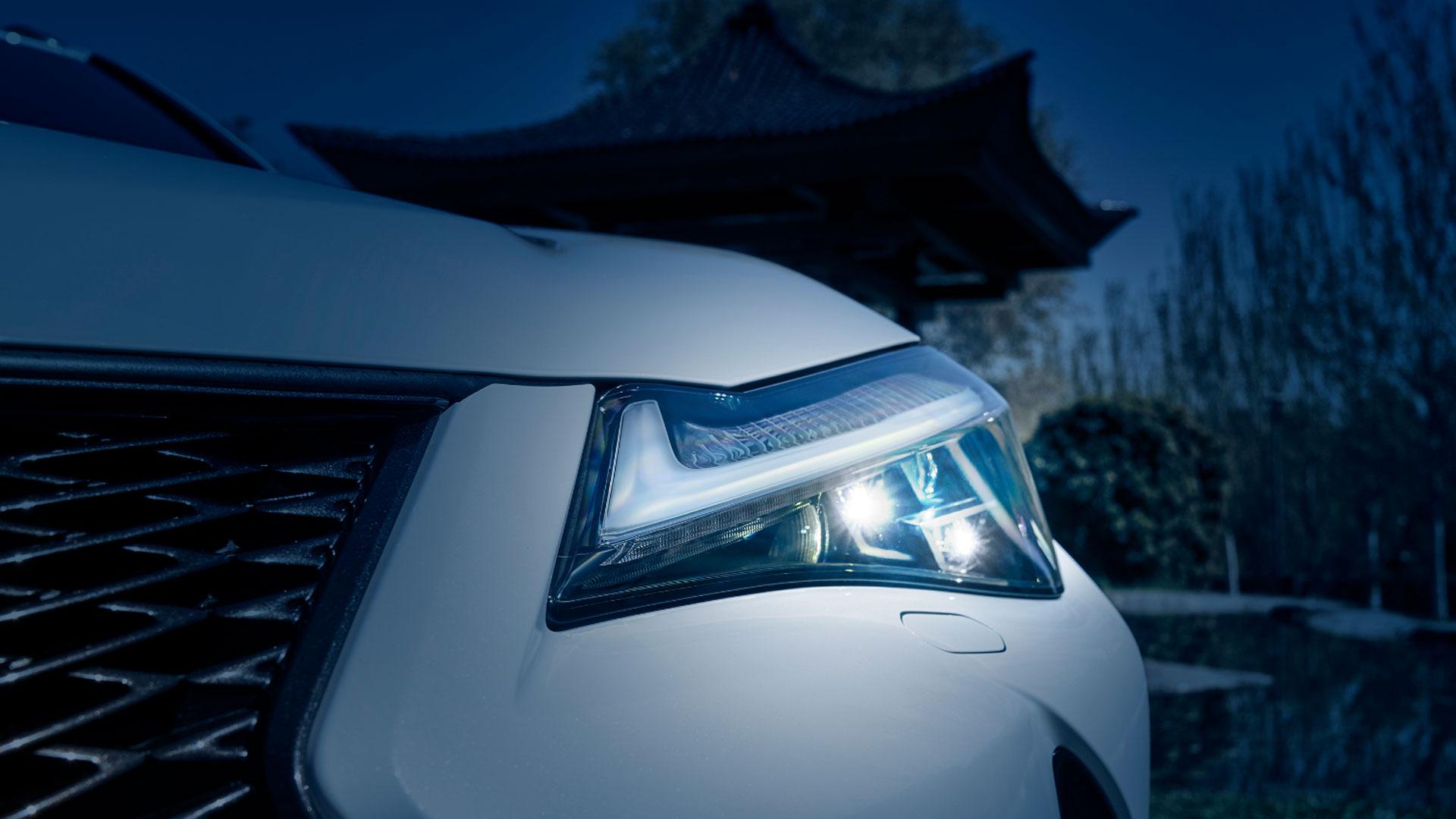 Imagen de un faro de un vehículo Lexus
