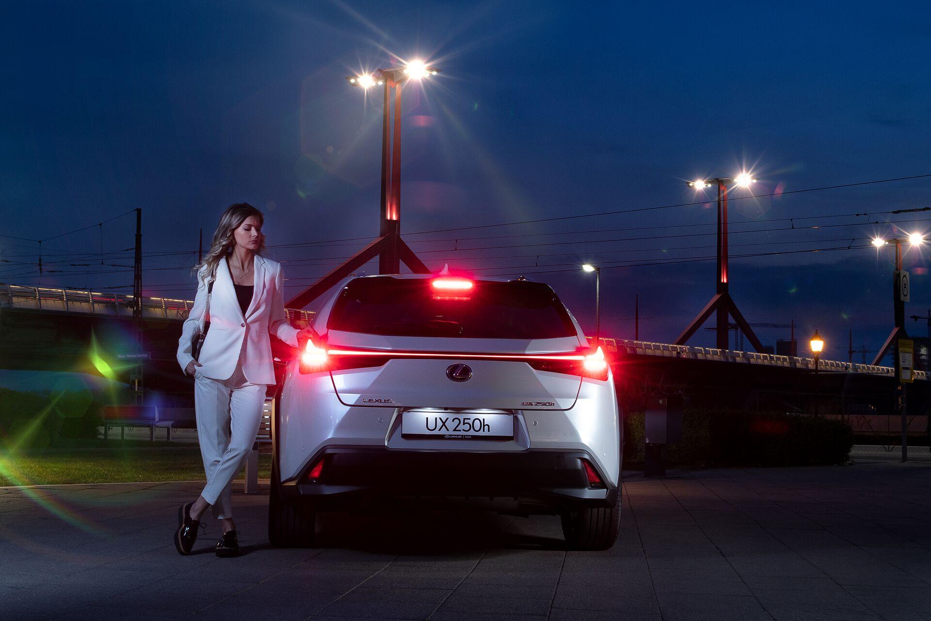 Weisz Fanni Lexus UX 12