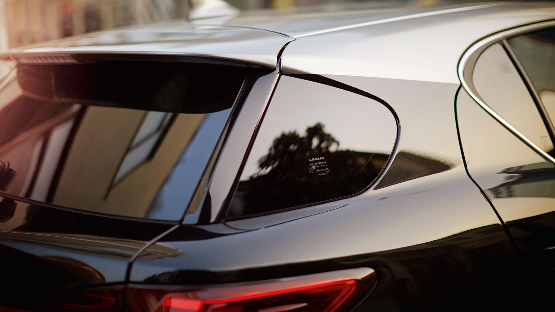 Achterkant van een zwarte Lexus CT 200h