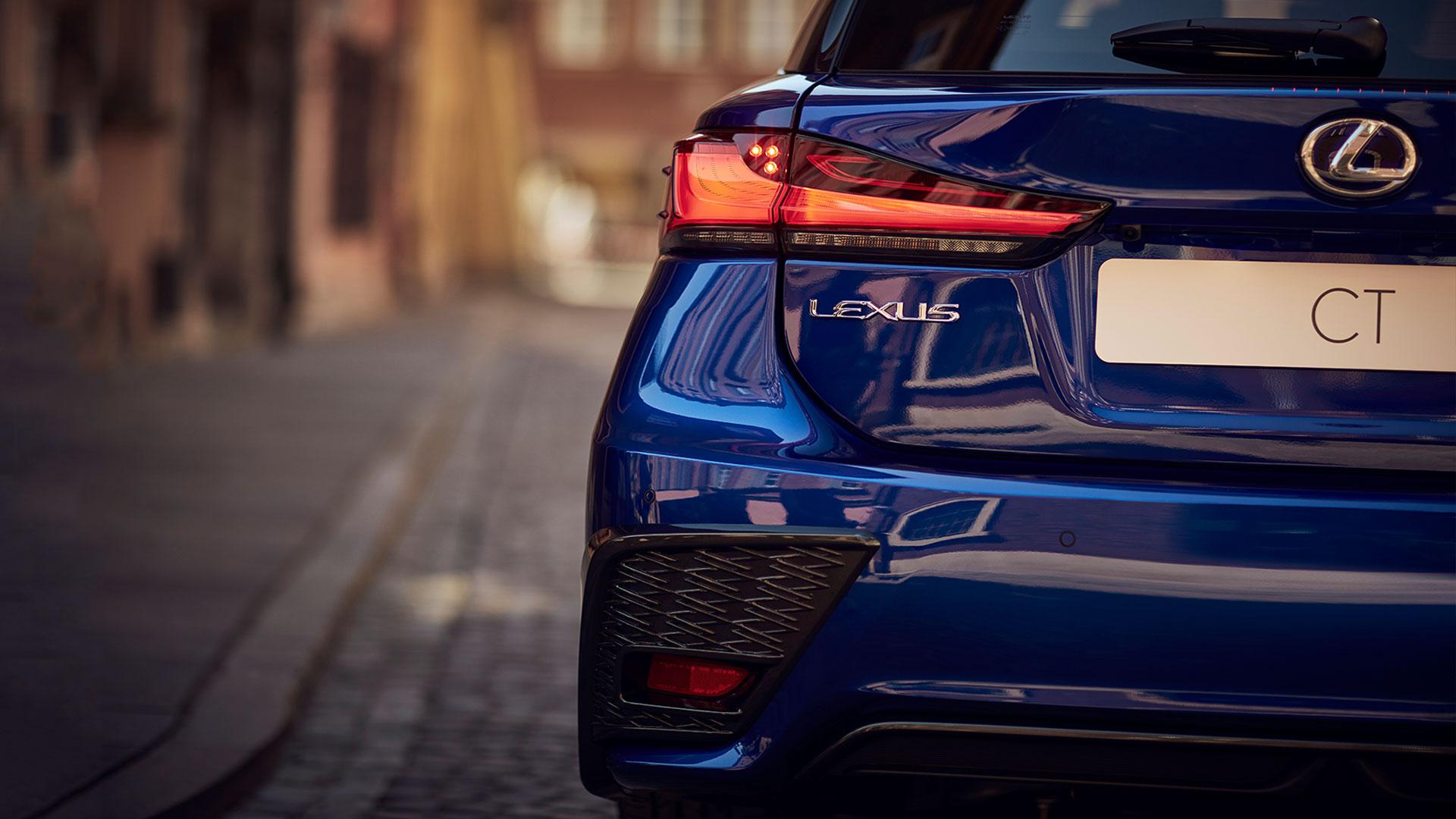 Achterkant van een blauwe Lexus CT 200h