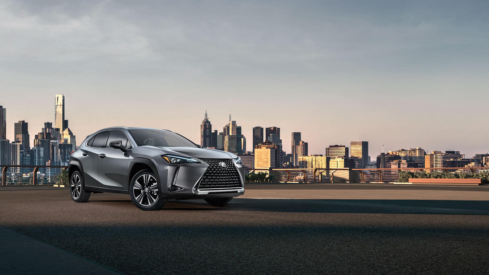 vooraanzicht van een grijze Lexus UX