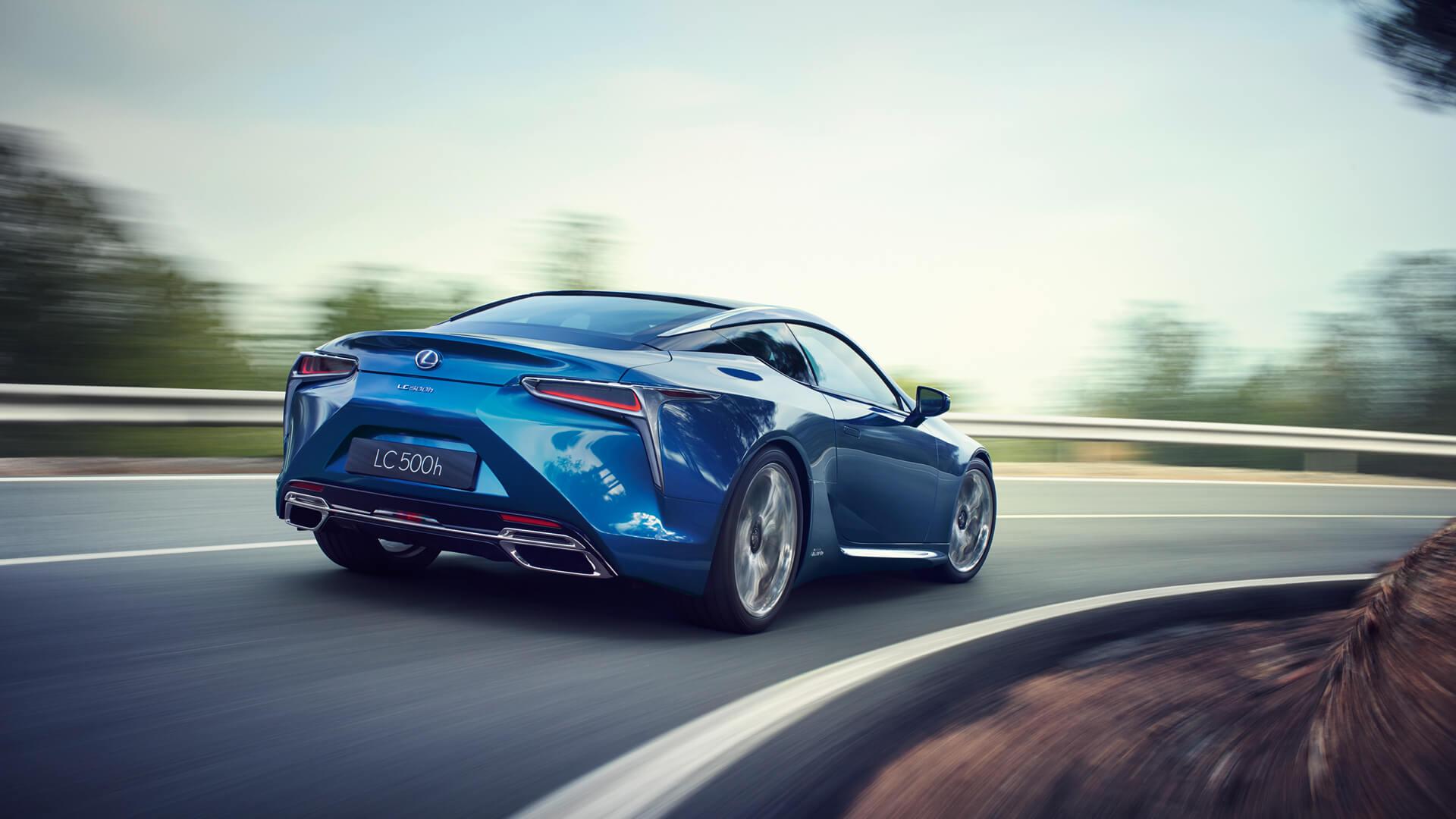 Blå sportssedan Lexus LC 500h selvladende hybrid ses bakfra