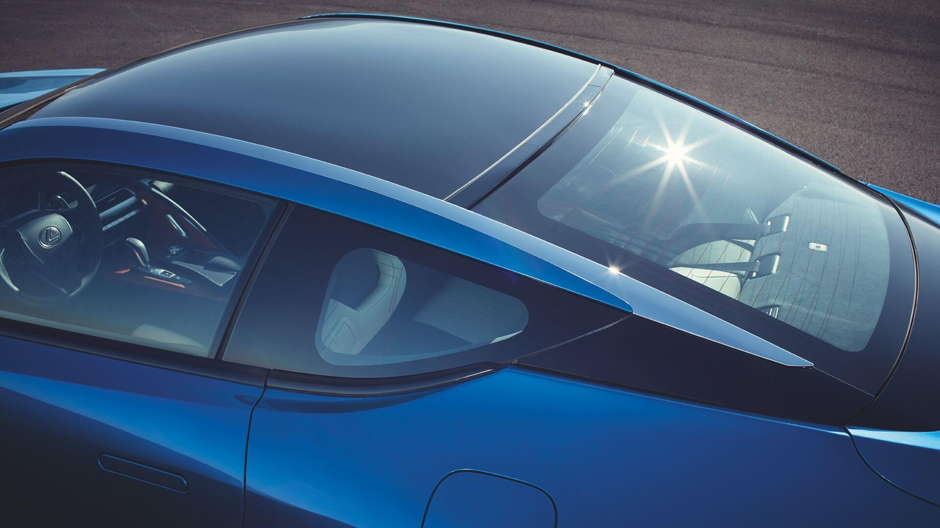 Lexus LC i fargen Structural Blue Ser inn i bilen sett ovenfra