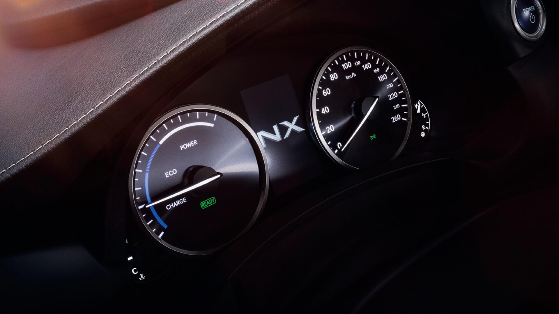 Lexus NX SUV kontrollpanel viser speedometer og måler for charge eco og power