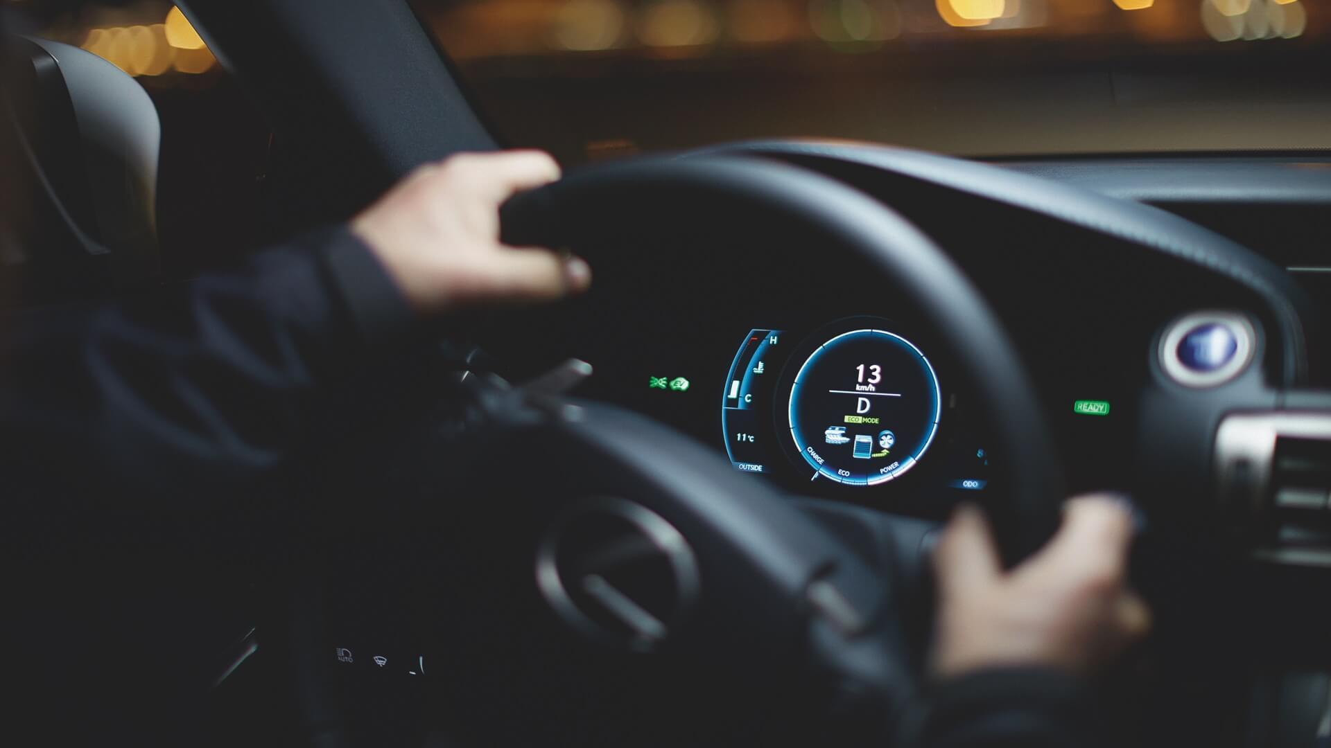 Viser litt av teknologien i en Lexus modell Selvladende hybrid med valg mellom power charge og eco