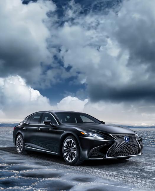 Lexus-LS-500h-lüks-sedan-siyah-otomobil-araba-önden-çekim-gökyüzü